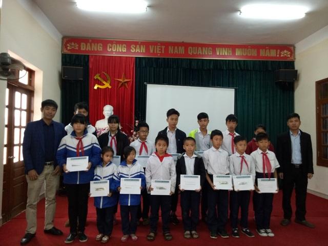 Trao học bổng cho 15 cháu có hoàn cảnh khó khăn tại trường tiểu hộc và trung học cơ sở Phù Long