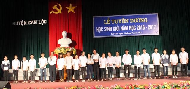 Trao học bổng  Quỹ khuyến học đất Hồng Lam cho các học sinh đạt giải cao tại kỳ thi học sinh giỏi cấp tỉnh.