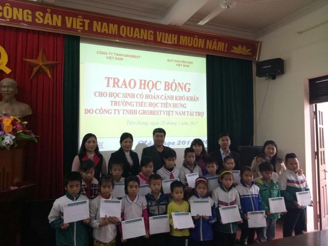 Các học sinh vùng viên biển xã Tiên Hưng, huyện Tiên Lãng xúc động nhận học bổng của công ty Công ty TNHH Grobest Việt Nam và Báo Dân trí