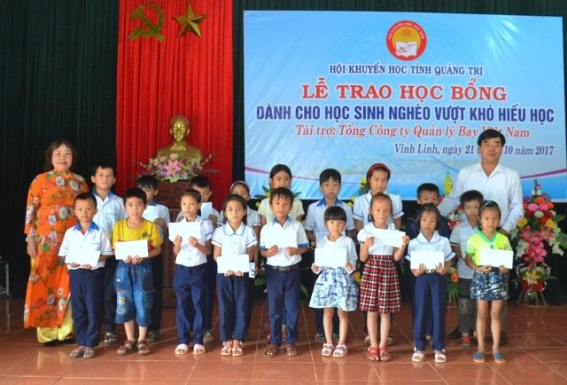 Bà Nguyễn Thị Hồng Vân - Chủ tịch Hội Khuyến học tỉnh trao học bổng cho các em học sinh