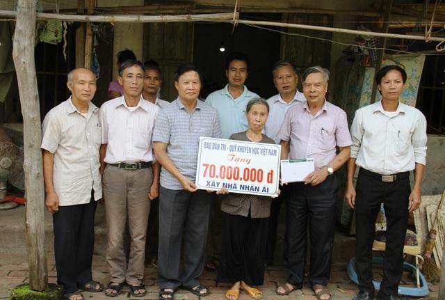 Lãnh đạo Hội Khuyến học tỉnh Hà Nam thay mặt Báo Dân trí - Quỹ Khuyến học Việt Nam trao tặng 70 triệu đồng đến gia đình bà Nguyễn Thị Thịnh