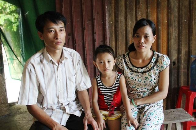 Anh Duy không đủ sức khỏe để lao động nên một mình chị Ánh phải làm việc để chăm sóc chồng và nuôi con nhỏ