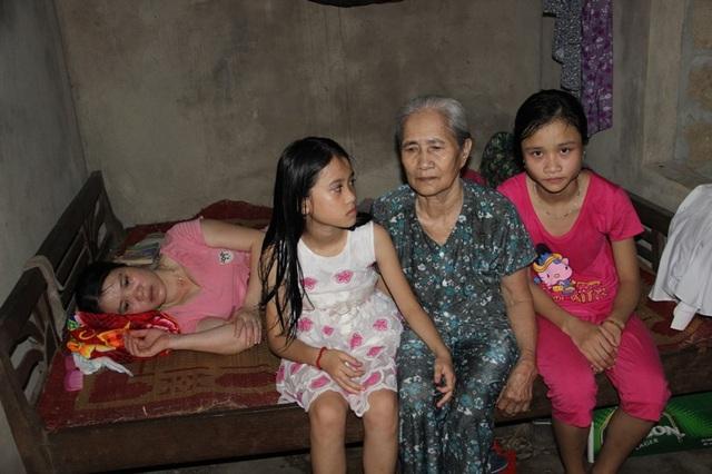 Mẹ anh Ngởi bị mù nhiều năm nay, vợ anh cũng lâm bệnh và nằm một chỗ