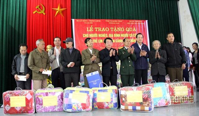 Bộ trưởng Đào Ngọc Dung và lãnh đạo tỉnh Hà Nam tặng quà tới các đối tượng chính sách ở Nhân Mỹ.