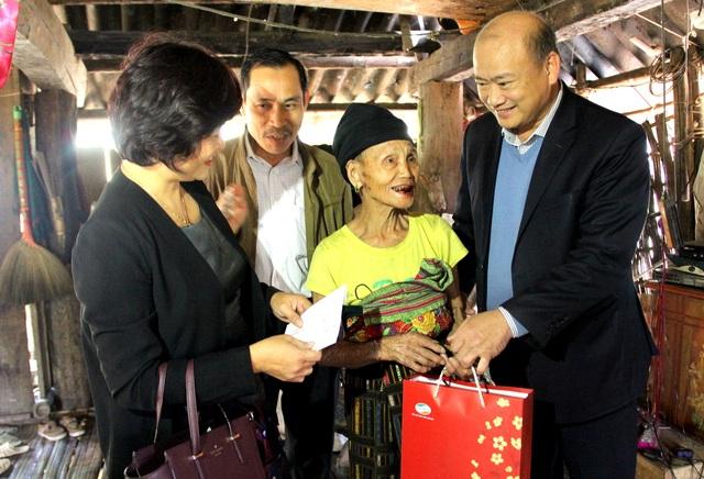 Ban tổ chức thăm và tặng quà vợ chồng ông Vi Văn Khiền (bản Bàn, xã Quảng Chiểu, huyện Mường Lát, Thanh Hoá)