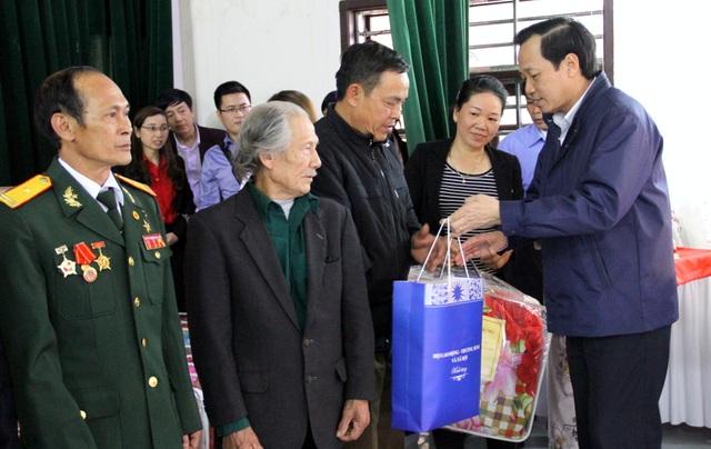 Bộ trưởng Đào Ngọc Dung trao quà tới người cao tuổi Nhân Mỹ, Lý Nhân, Hà Nam.