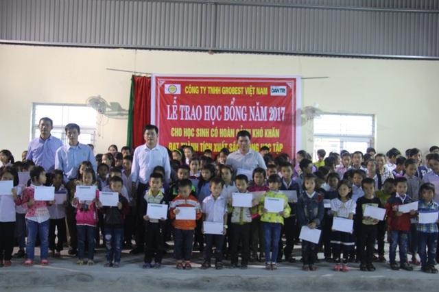 Đại diện công ty TNHH Grobest Việt Nam trao học bổng cho các em học sinh Trường Tiểu học và THCS Kỳ Nam
