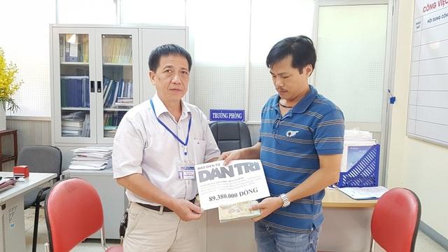 Anh Châu Phước Thuyền, chú ruột em Dũng nhận quà nhân ái báo Dân trí