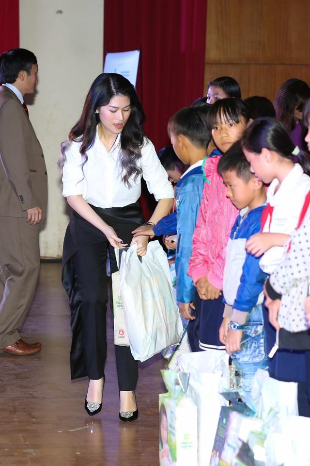 Các nghệ sĩ trao quà tới các em học sinh nghèo hiếu học.