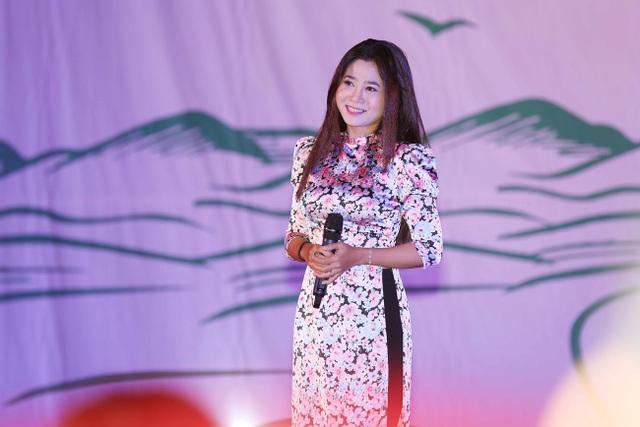 Diễn viên Mai Phương góp mui bằng một tiết mục văn nghệ.