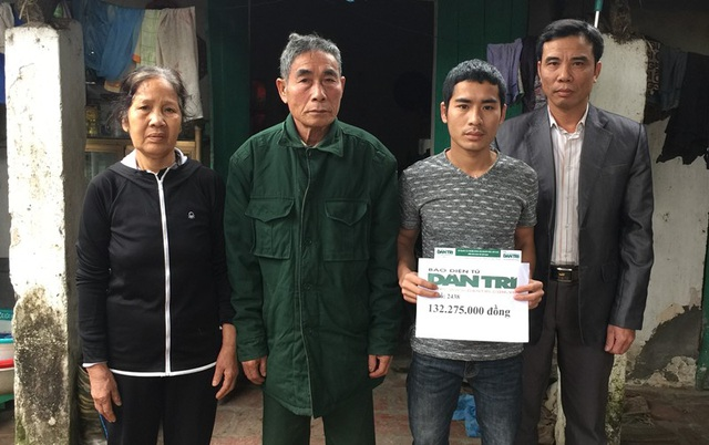 Gia đình anh Ngọc đón nhận số tiền 132.275.000 đồng từ các nhà hảo tâm