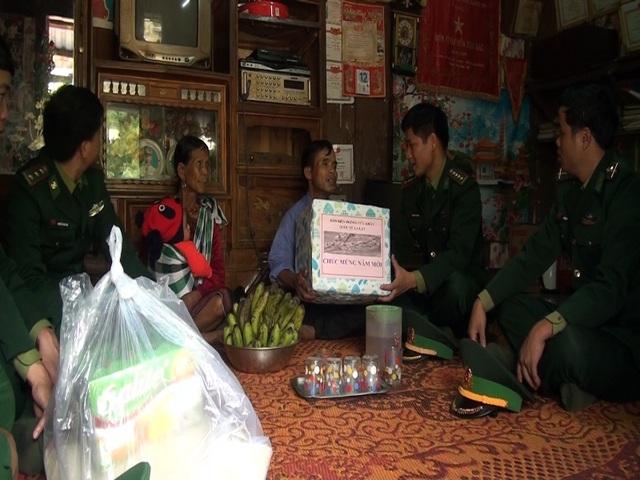 Đại diện Đồn Biên phòng La Lay tặng quà cho các hộ dân dịp Tết
