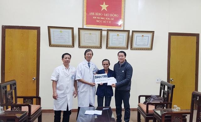 PGS.TS. Nguyễn Duy Thăng, Phó Giám đốc Bệnh viện Trung ương Huế (thứ 2 từ trái qua) thay mặt báo trao quà nhân ái đến bà Cúc