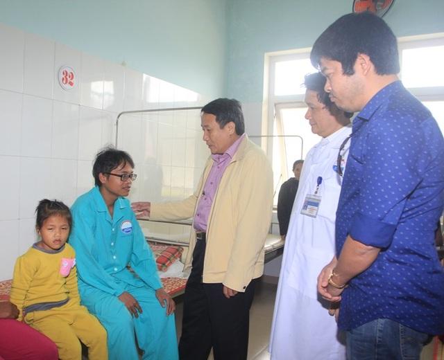 Ông Hà Sỹ Đồng, Phó Chủ tịch UBND tỉnh Quảng Trị cùng phóng viên Dân trí đến thăm hai vợ chồng anh Long tại bệnh viện