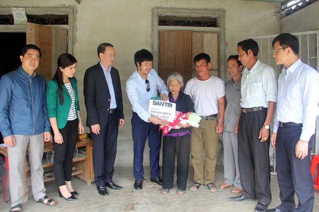 PV Dân trí, cùng ông Phan Tấn Linh - Giám đốc Sở Thông tin truyền thông tỉnh Hà Tĩnh. chủ tịch UBND huyện Vũ Quang Trinh Văn Ngọc, đại diện xã Hương Minh trao số tiền 249,850,000 đồng cho bà Hoài, bà ngoại của bé Quý.