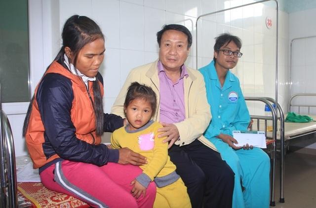 Ông Đồng động viên hai vợ chồng anh Long cố gắng điều trị để sức khỏe sớm hồi phục