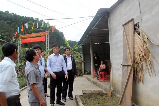 Chính quyền xã Hương Minh cũng cam kết địa phương sẽ chung tay sớm hoàn thành việc sửa chữa nhà cho bà Hoài có chỗ thuận tiện chăm sóc bé Quý như chỉ đạo của Chủ tịch UBND huyện.