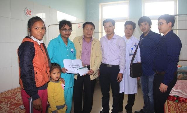 Ông Hà Sỹ Đồng cùng phóng viên Dân trí trao tận tay số tiền 92.550.000 đồng của bạn đọc giúp đỡ đến gia đình