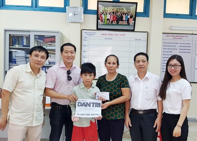 PGS.TS. Phạm Như Hiệp, Giám đốc Bệnh viện Trung ương Huế (ngoài cùng bên trái) cùng PV Dân trí tại Thừa Thiên Huế trao quà nhân ái cho chị Viễn và em Thiện
