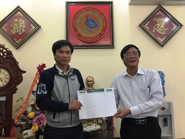 Thầy Lương Hữu Hồng - Hiệu trưởng trường THPT Đông Sơn 1 trao quà bạn đọc ủng hộ tới thầy Trần Văn Tĩnh
