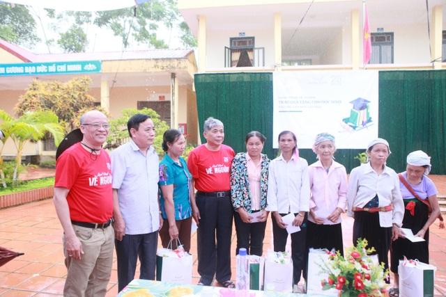 Chủ tịch tập đoàn Mường Thanh, ông Lê Thanh Thản trong chuyến công từ thiện vùng cao.