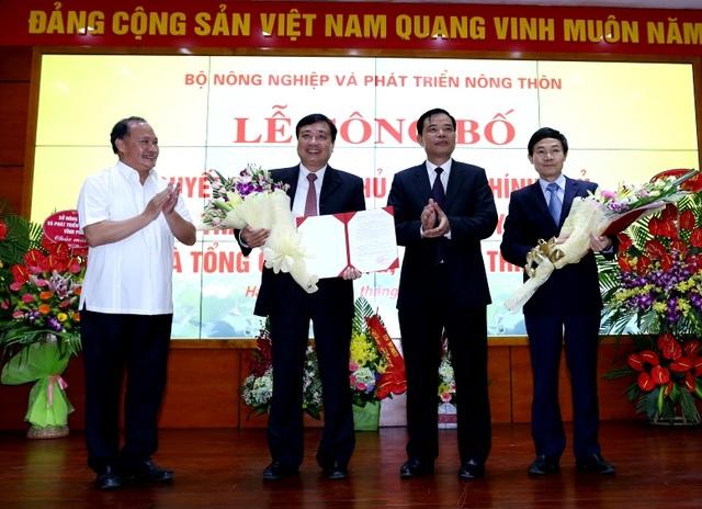 Ông Trần Quang Hoài (thứ 2 từ trái qua) và ông Nguyễn Văn Tỉnh (ngoài cùng bên phải) lên nhận Quyết định bổ nhiệm.
