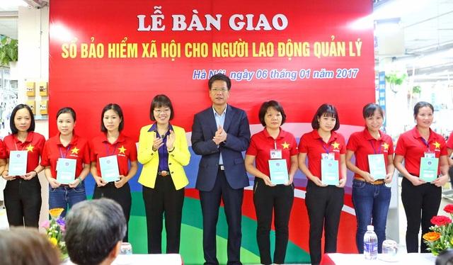 Đại diện BHXH VN và Tổng Công ty may 10 trao sổ BHXH tới người lao động.