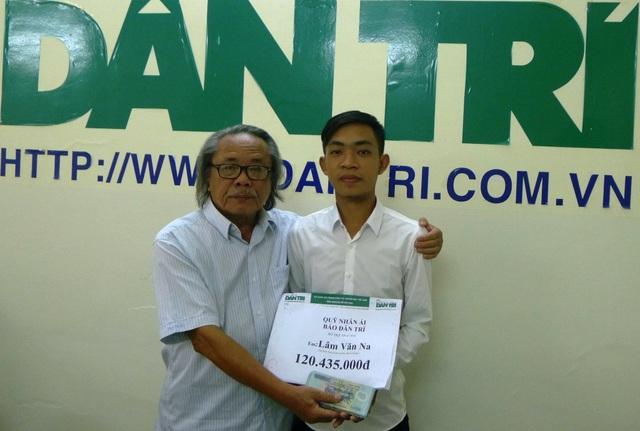 Đại diện ban đọc Dân trí, Nhà báo Phan Huy - Trưởng VP dại diện báo Dân trí khu vực ĐBSCL trao tới em Lâm Văn Na số tiền 120.435.000đồng.