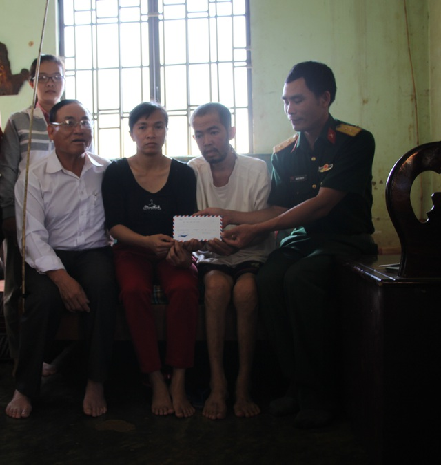 Một số nhà hảo tâm biết được hoàn cảnh của gia đình chị Chánh cũng tới gửi tiền giúp đỡ