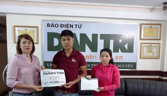 PV Dân trí trao tiền cho vợ chồng Bùi Tấn Linh