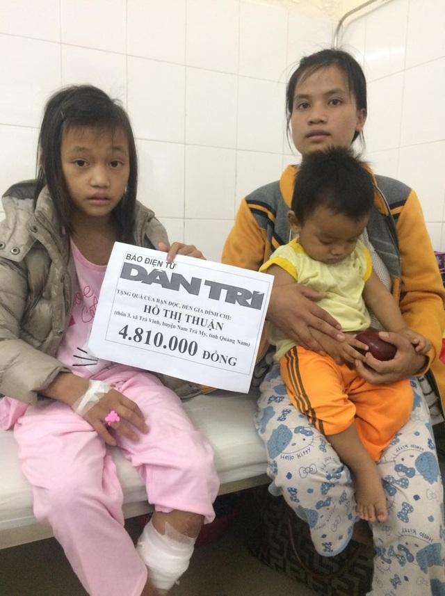 Cháu Lê Thị Đêm và chị gái nhận tiền của báo Dân trí trao