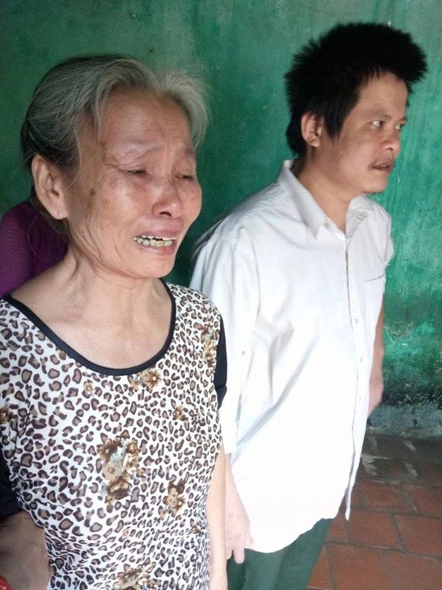 Mẹ anh Song không cầm được nước mắt khi thấy mọi người đến động viên