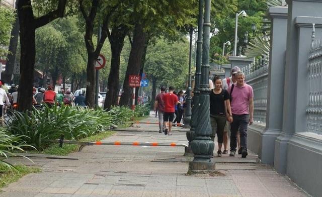 Lắp barie trên vỉa hè để hạn chế xe máy leo lề, đảm bảo an toàn cho người đi bộ