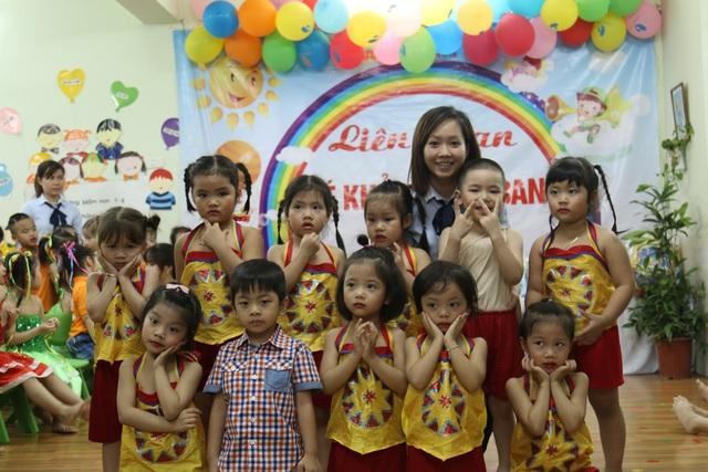 Ở trường mầm non, các cô giáo không đơn thuần chỉ là người dạy mà còn phải là người chăm sóc các bé (Ảnh chụp cô giáo và các bé trường Mầm non 1-6, quận Hoàn Kiếm, Hà Nội).