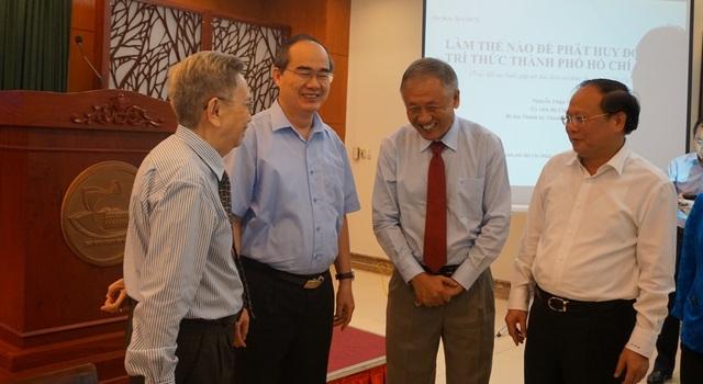 Ông Nguyễn Thiện Nhân và GS.TS Nguyễn Ngọc Giao (ngoài cùng bên trái) - Chủ tịch Liên hiệp các hội khoa học và kỹ thuật TP trò chuyện bên lề buổi gặp gỡ