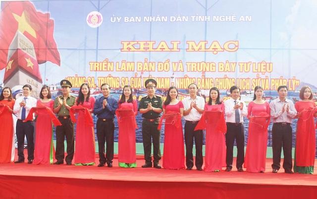 Lãnh đạo tỉnh Nghệ An và các ban ngành liên quan cắt băng khai mạc triển lãm