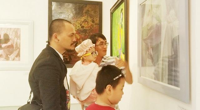 Nhiều cán bộ giảng viên và cựu sinh viên đã đến tham dự triển lãm