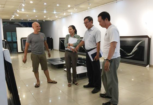 Trong buổi thẩm định trước ngày triển lãm, đại diện của đoàn kiểm tra của Sở VH-TT cho biết tất cả những tác phẩm của nhiếp ảnh gia Hạo Nhiên đều là ảnh nghệ thuật không mang tính dung tục như ảnh khỏa thân thường thấy. (Ảnh: Tiểu Vũ)