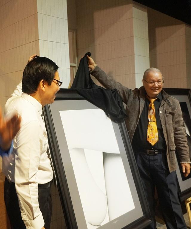 Chủ tịch hội Mỹ Thuật TPHCM Huỳnh Văn Mười khai mạc triển lãm tranh khỏa thân