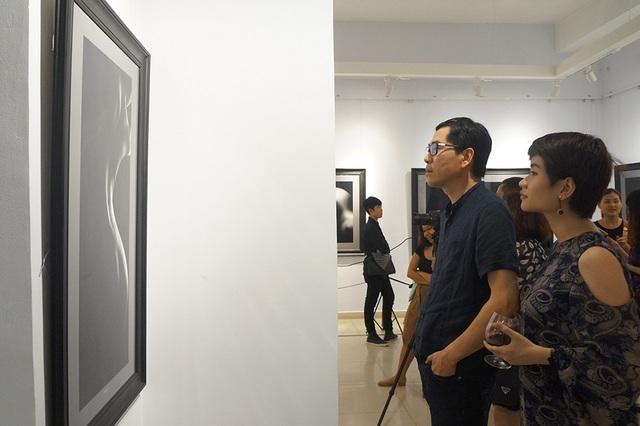 Mọi người dành thời gian thưởng thức các tác phẩm của nhiếp ảnh gia Hạo Nhiên.