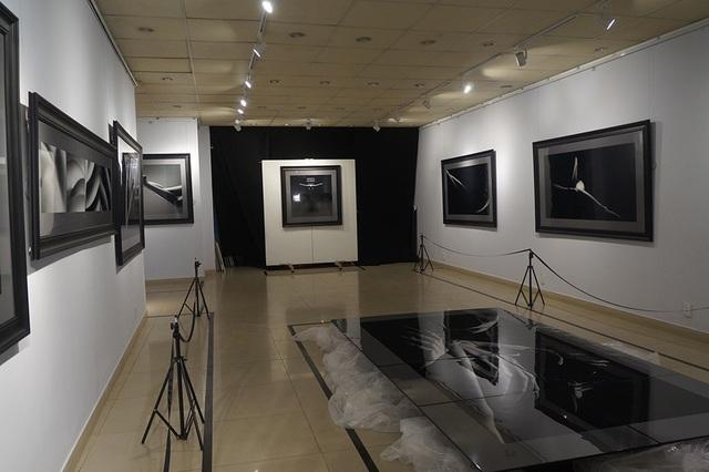 Không gian triển lãm được bày trí đơn giản tinh tế nhưng thu hút.