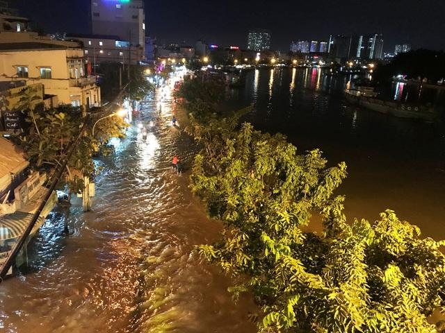 Nước sông tràn bờ gây ngập đường Trần Xuân Soạn, quận 7