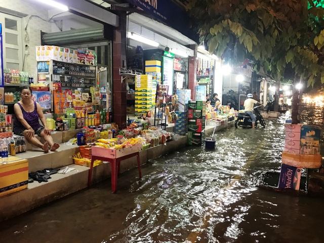 Người dân trên đường Huỳnh Tấn Phát buôn bán ế ẩm do đường ngập