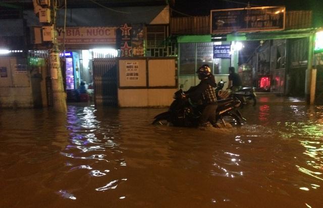 Dân Sài Gòn vật lộn trong biển nước chiều đầu tuần - 1