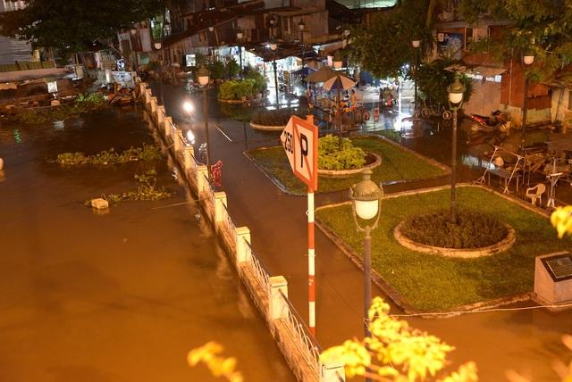 Nước sông Sài Gòn tràn vào khu dân cư ở Thanh Đa (quận Bình Thạnh)