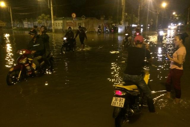 Người dân vất vả trong biển nước để về nhà chiều đầu tuần