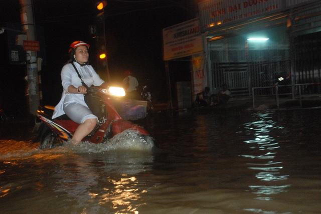 Dân Sài Gòn vật lộn trong biển nước chiều đầu tuần - 5