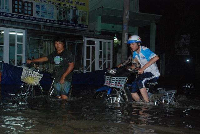 Dân Sài Gòn vật lộn trong biển nước chiều đầu tuần - 4