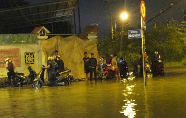 Nhiều người dân tấp xe vào lề đường chờ nước rút mới đi tiếp