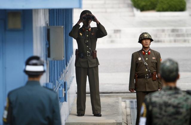 Lính Triều Tiên và Hàn Quốc làm nhiệm vụ tại khu vực Phi quân sự (DMZ) trên bán đảo Triều Tiên (Ảnh: Reuters)